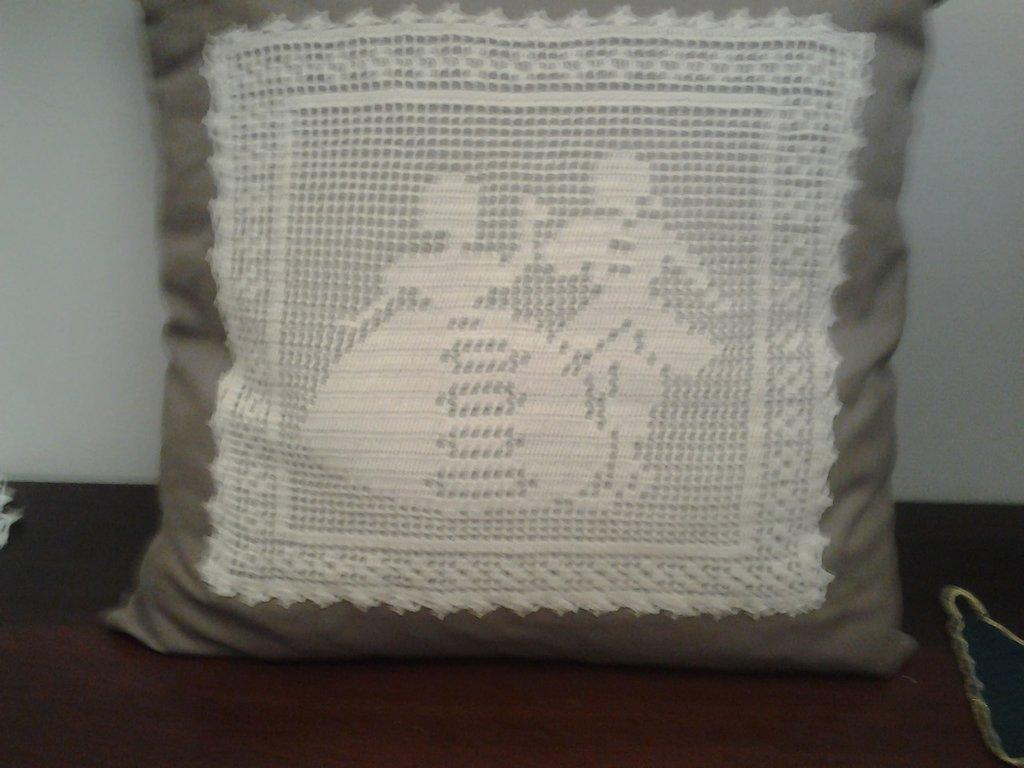 Favoloso cuscino con applicazioni ad uncinetto - Per la casa e per te  GR64