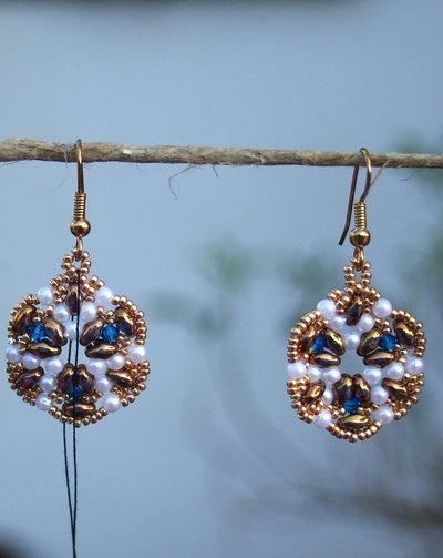 Orecchini dorati con perline bianche e swaroski blu