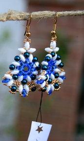 Orecchini a forma romboide con pietre bianche, blu, azzurre e dorate