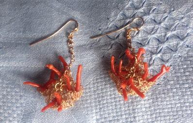 Orecchini in bronzo e corallo rosso.