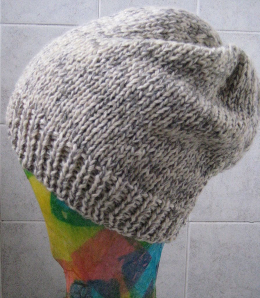 Cappello in lana color panna e grigio/lamè lavorato ai ferri