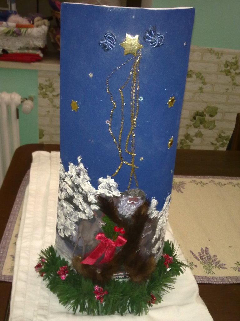 tegola con Babbo Natale decorata a mano con applicazioni in materiale vario
