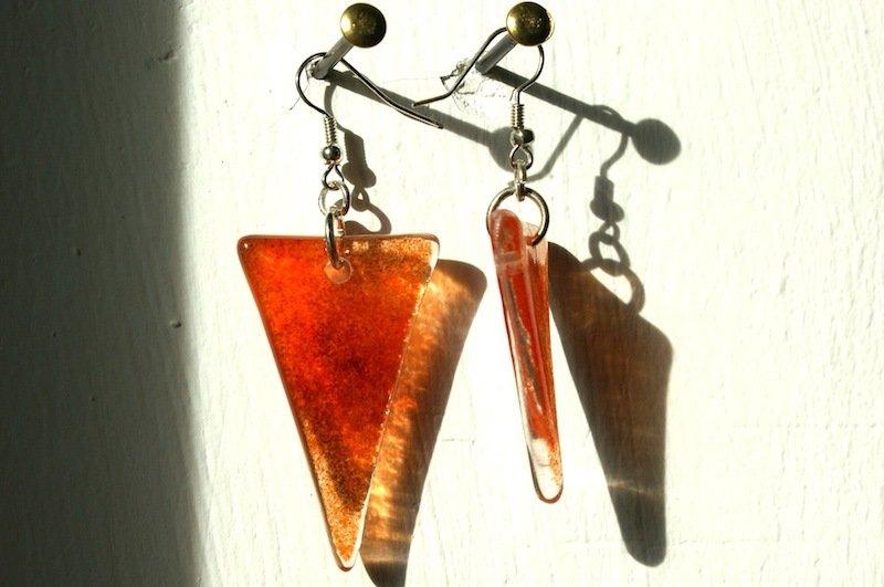 coppia di orecchini in vetro colorato