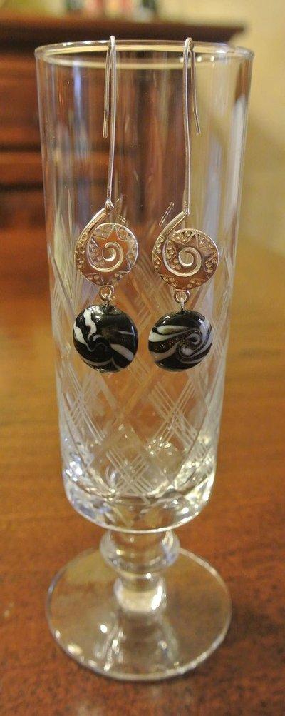 Orecchini etnici in metallo con pendenti in vetro - Adebanke