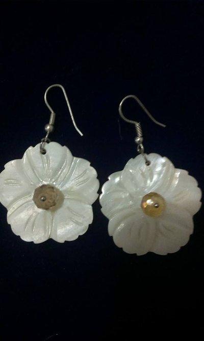Orecchini fatti a mano a forma di fiore colore bianco....