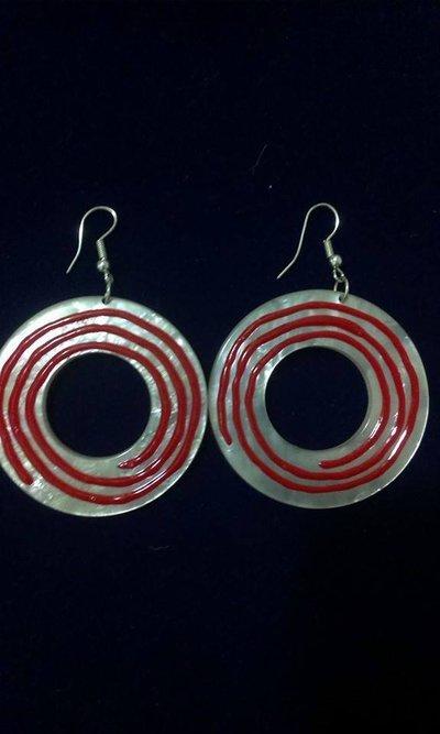 orecchini rotondi,colorati roso e bianco