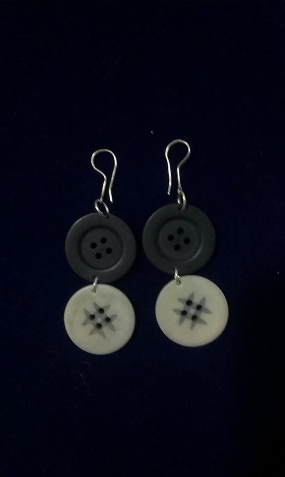 orecchini pendenti realisati con bottoni