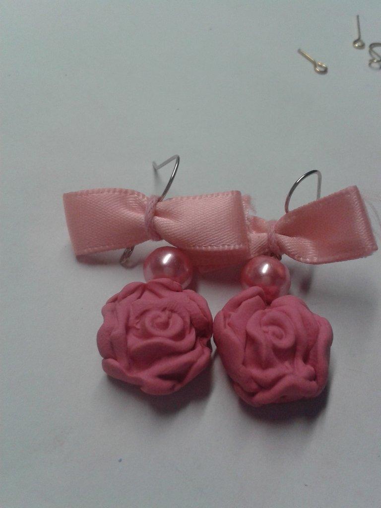Orecchini con rosa fiocco e perla