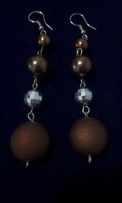 orecchini pendenti realisati con perline colorate