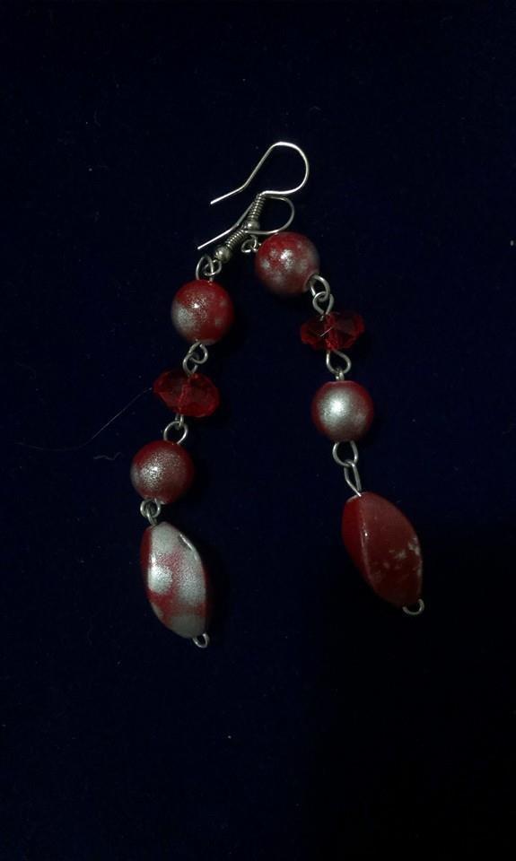 orecchini pendenti realisati con perline colore roso e argento