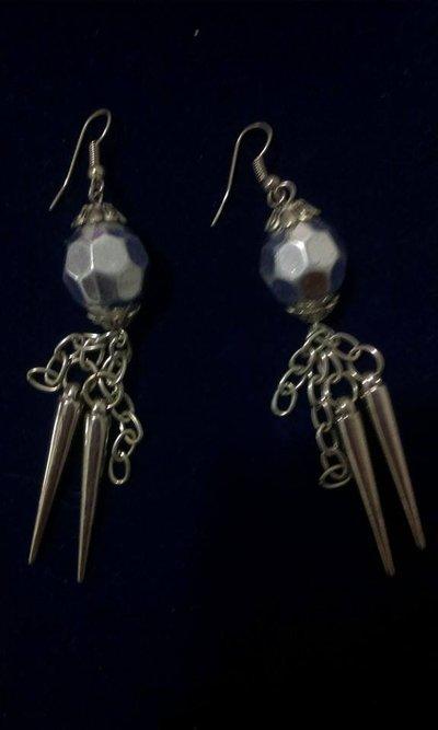 orecchini pendenti realisati con catena e metalo