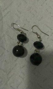 orecchini pendenti realisati con perline colorate nero