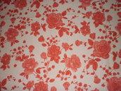 Stoffa beige con fiori e foglie rosse