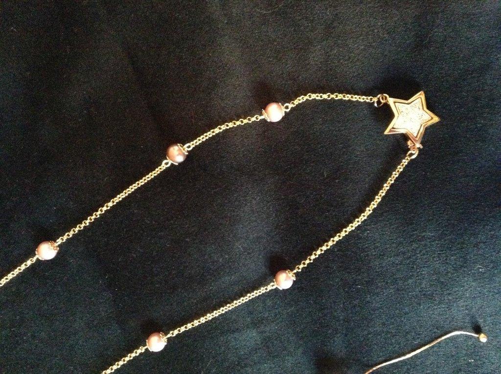 Collana dorata con perle rosa