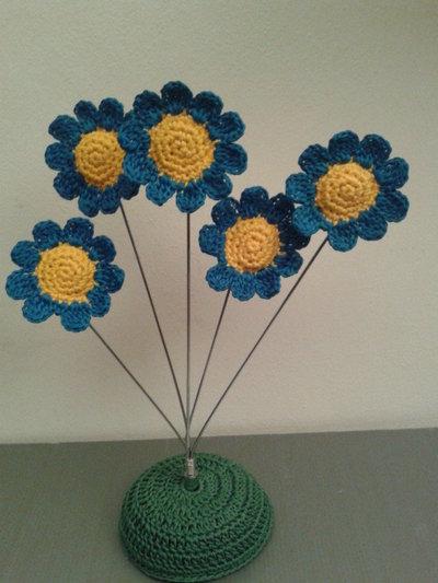 Composizione fiori di campo uncinetto azzurri e gialli
