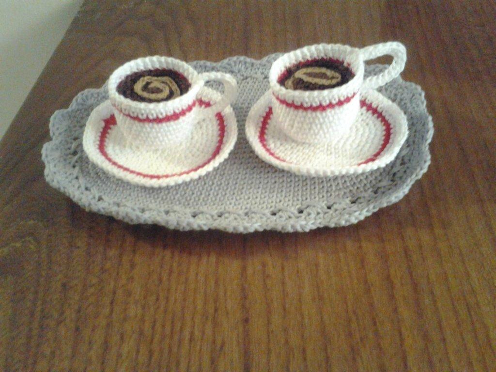 tazzine caffè uncinetto su vassoio