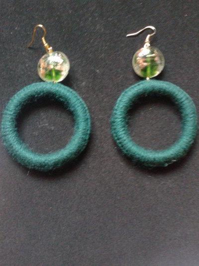 orecchini in lana a cerchio con pietra