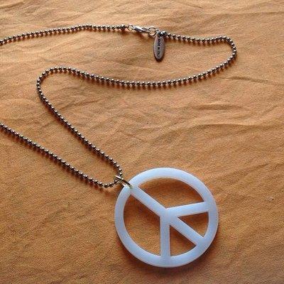 Simbolo della pace con catenella^*^