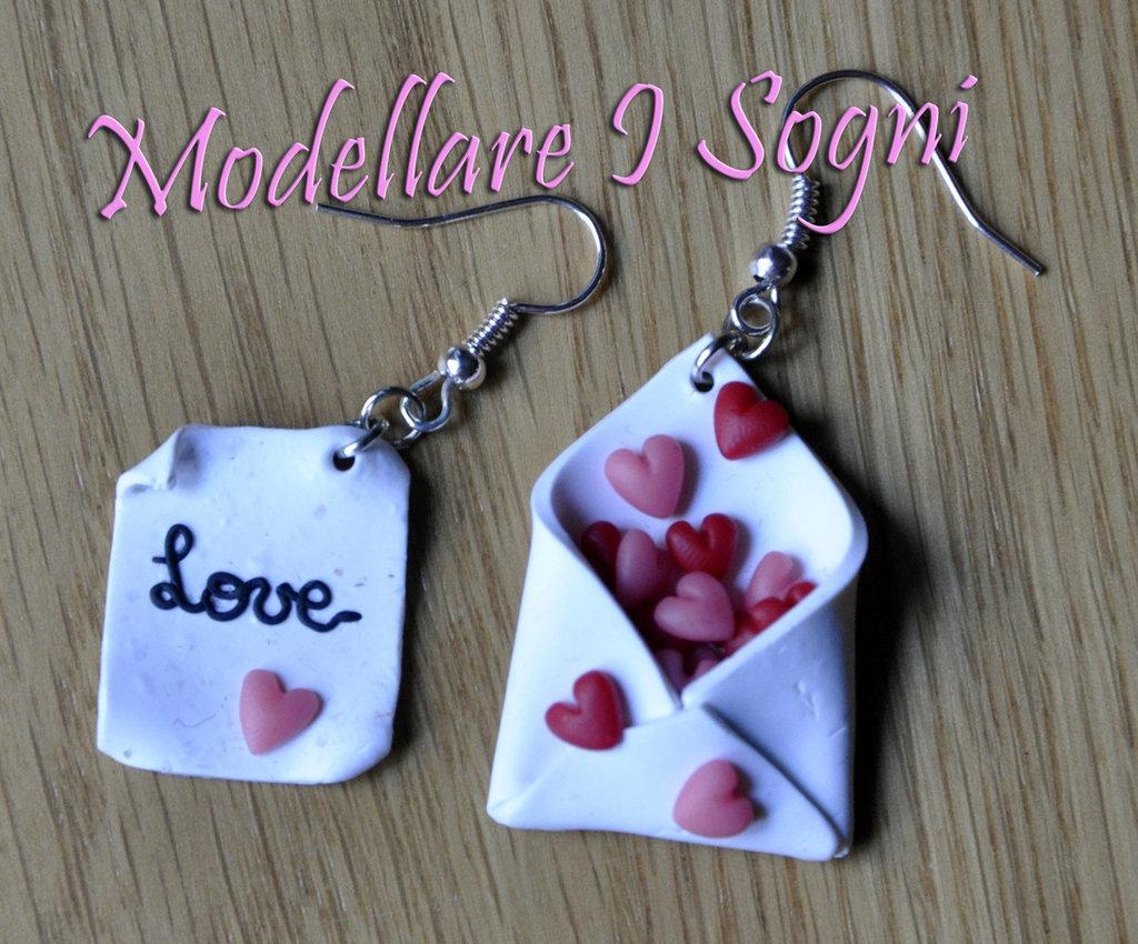 Lettera d'Amore - Una lettera d'amore espreme le tue emozioni mentre la busta è piena di cuori rossi e rosa