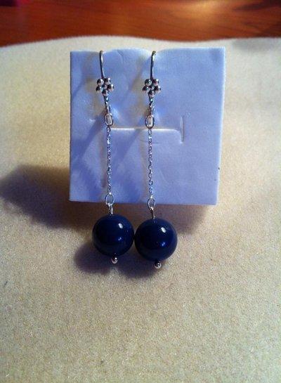 Orecchini pendenti con perla blu.