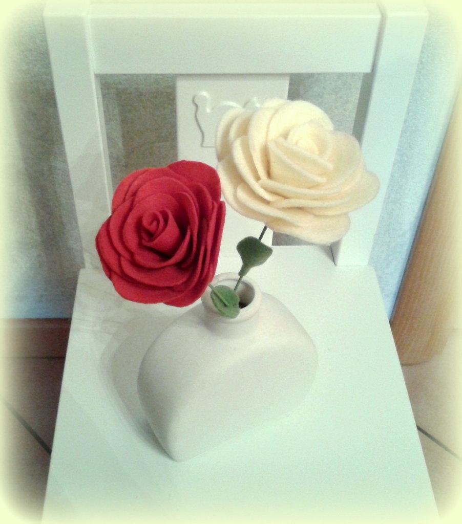 Rosa in feltro con gambo
