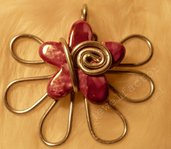 Ciondolo in wire e fiore di ceramica greca