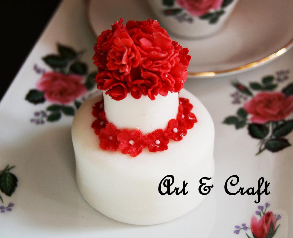 mini wedding cake in pasta di zucchero