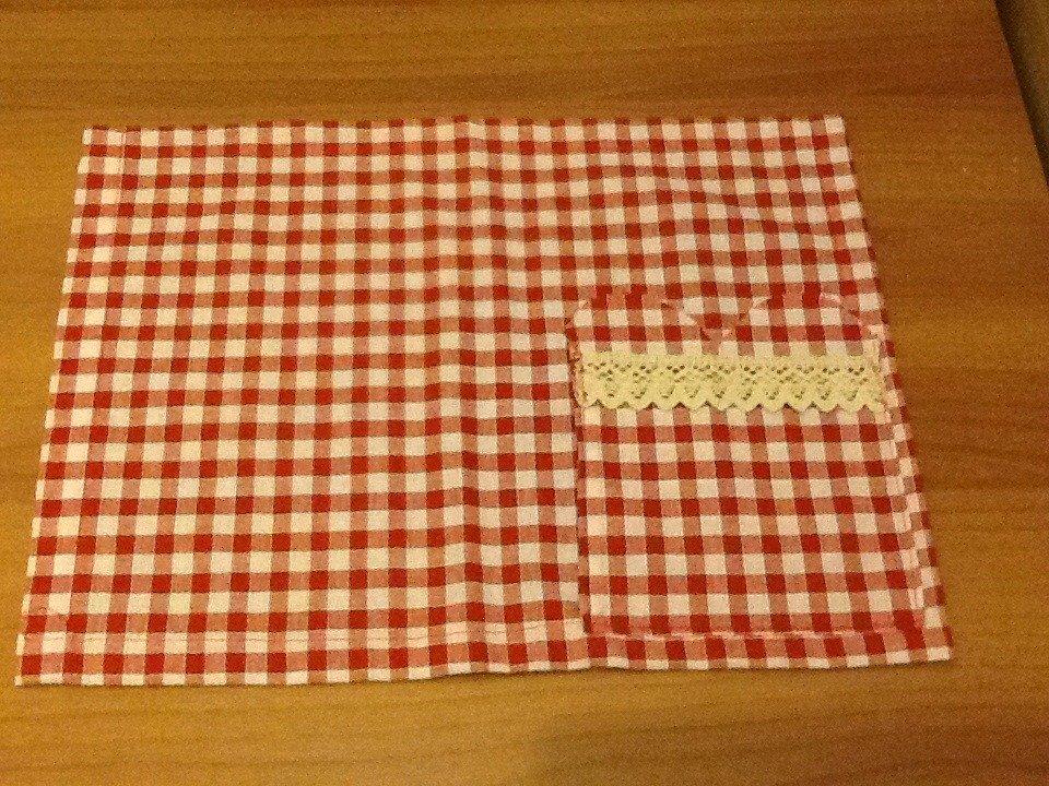 Tovagliette da colazione a quadretti bianchi e rossi con pizzo applicato sulle tasche
