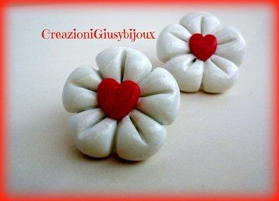 Orecchini fiore cinque petali bianco  con cuoricino rosso chiusura a lobo in polimer clay