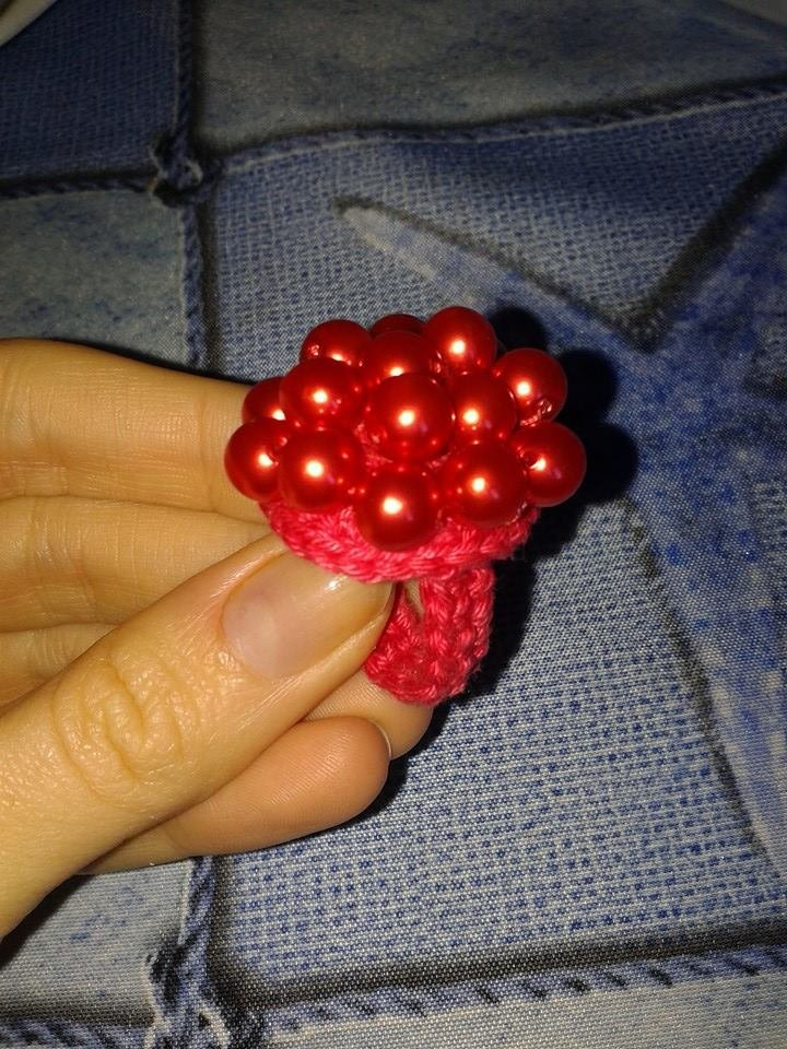 Anello uncinetto con perle rosse corallo