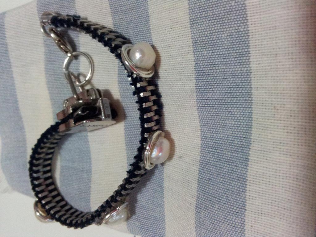 Braccialetto con cerniera e perle
