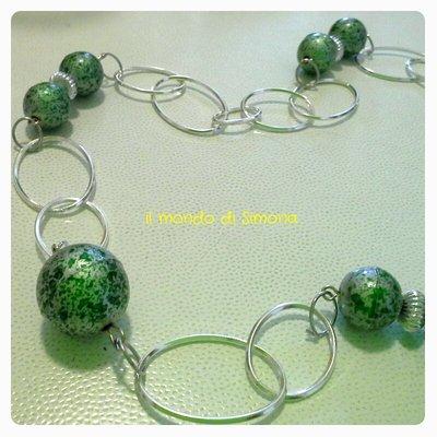 collana lunga con perle marmorizzate verdi