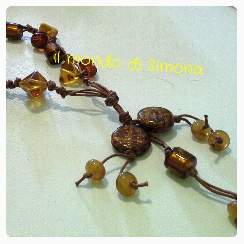 collana di corda e perle di vetro