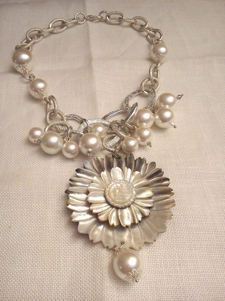 Collana grappolo di perle con fiore di madreperla