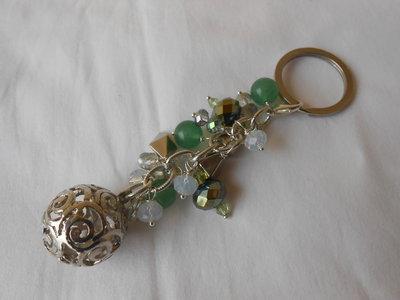 Portachiavi gioiello fatto a mano  con perle, pietre e cristalli verdi, idea regalo.