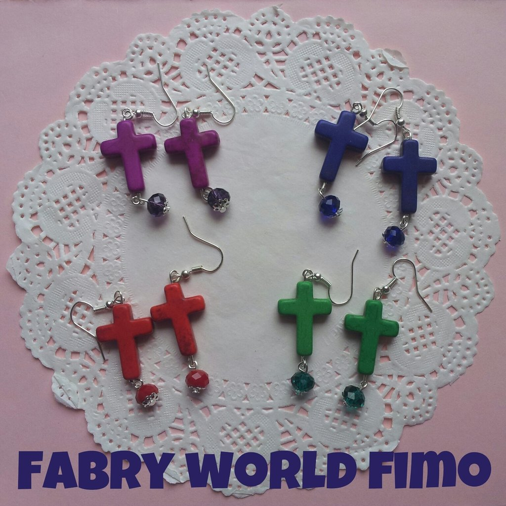 Orecchini pendenti con croce colorata