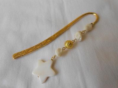 Segnalibro gioiello dorato fatto a mano con perle e madreperla a stella , idea regalo.