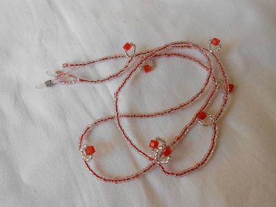 Catenella reggi occhiali  fatta a mano con  perline e cristalli rossi ,idea regalo.