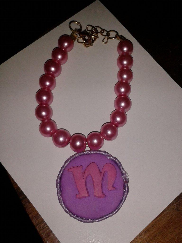 Bracciale di perle con medaglione con iniziale