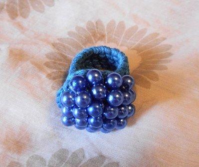 Anello uncinetto con perle azzurre
