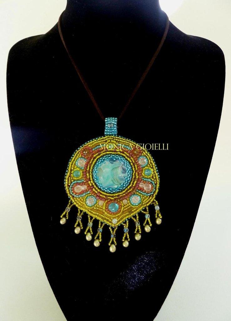"""Collana con pietre e perline fatta a mano con tecnica embroidery """"Lime"""""""