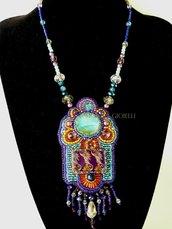 """Collana con pietre e perline fatta a mano con tecnica embroidery """"Carnaval"""""""