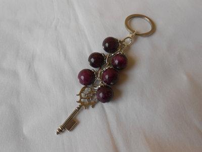Portachiavi gioiello fatto a mano con agate viola e charms a forma di chiave ,idea regalo.