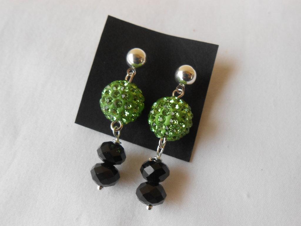 Orecchini pendenti fatti a mano con sfere di strass verdi e cristalli neri, idea regalo.