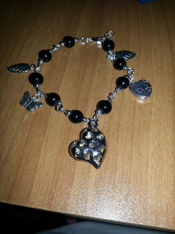 Bracciale di perle e charms con pendente