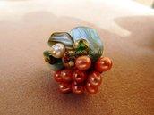"""Anello con pietre e perline fatto a mano con tecnica embroidery """"Strange fruit"""""""