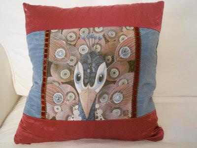 Cuscino in satin con stampa pavone