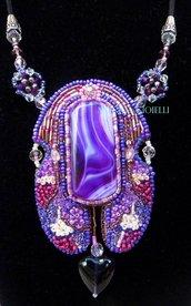 """Collana con pietre e perline fatta a mano con tecnica embroidery """"Anima in viola"""""""