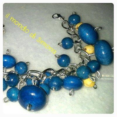 bracciale catena e perle di legno azzurro