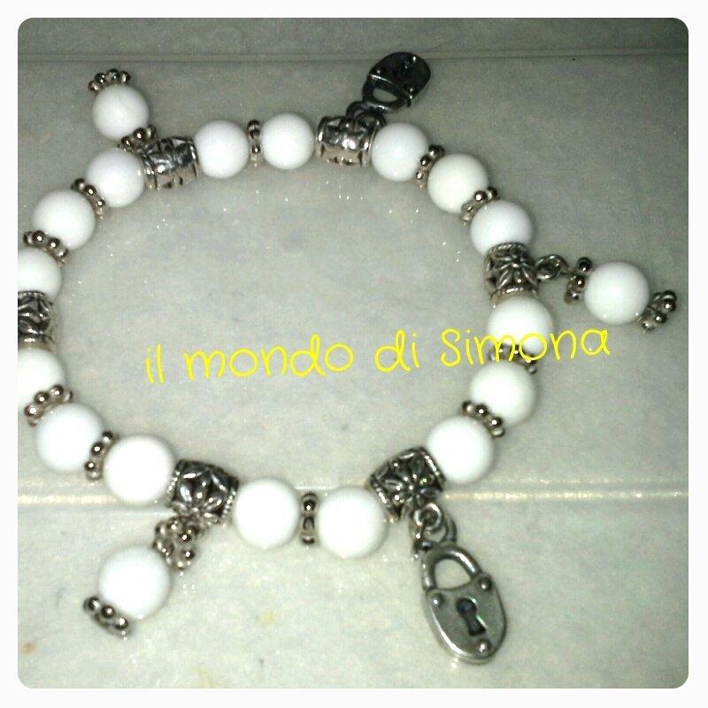 braccialetto elastico perle bianche e pendenti lucchetto